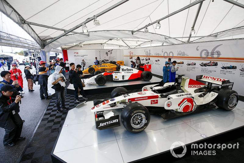 Болельщики и автомобили BAR, McLaren и Lotus F1