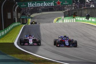 Pierre Gasly, Scuderia Toro Rosso STR13, Sergio Pérez, Racing Point Force India VJM11
