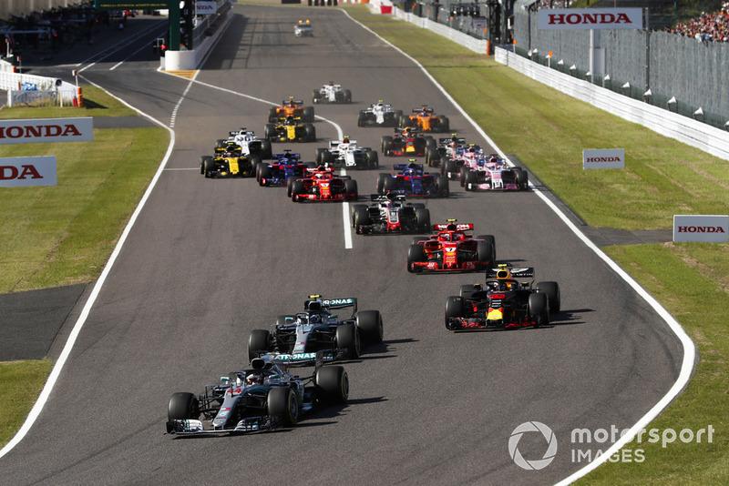 Partenza, Lewis Hamilton, Mercedes AMG F1 W09, precede Valtteri Bottas, Mercedes AMG F1 W09 e Max Verstappen, Red Bull Racing RB14