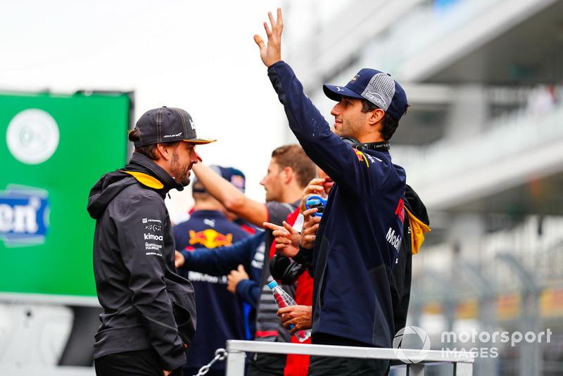 Daniel Ricciardo, Red Bull Racing, saluta il pubblico durante la drivers parade, con Fernando Alonso, McLaren