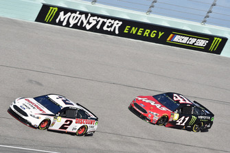 Brad Keselowski, Team Penske, Ford Fusion Discount Tire e Kurt Busch, Stewart-Haas Racing, Ford Fusion State Haas Automation/Monster Energy