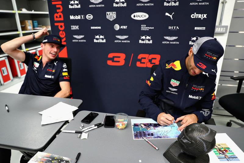 Max Verstappen, Red Bull Racing e Daniel Ricciardo, Red Bull Racing, firmano autografi