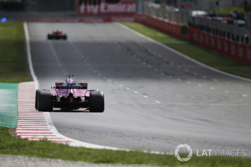 Sergio Perez Force India VJM1, Max Verstappen, Red Bull Racing RB14 kalan parçaların üstünden geçiyor