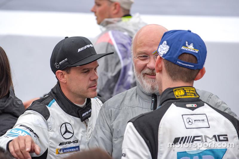 Владелец команды Manthey Racing Олаф Мантей и гонщики Mercedes-AMG Team Black Falcon Маро Энгель и Дирк Мюллер