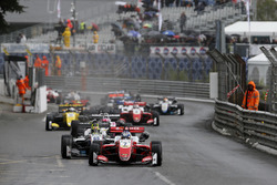 Start action, Ralf Aron, PREMA Theodore Racing Dallara F317 - Mercedes-Benz leidt