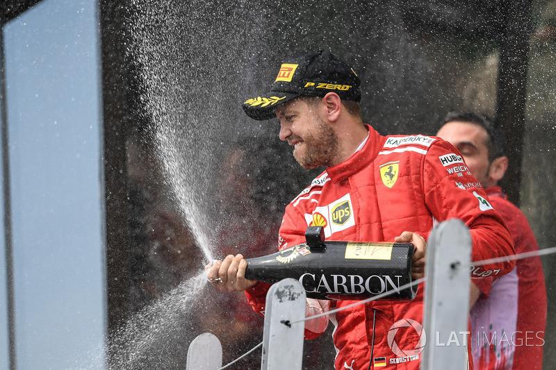 Sebastian Vettel, Ferrari, celebra su victoria en Canadá con Champagne