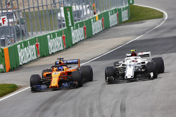 Fernando Alonso, McLaren MCL33, en lutte avec Charles Leclerc, Sauber C37