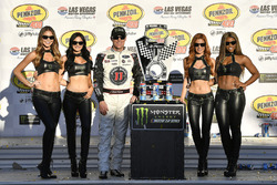 1. Kevin Harvick, Stewart-Haas Racing Ford Fusion, mit den Monster-Girls