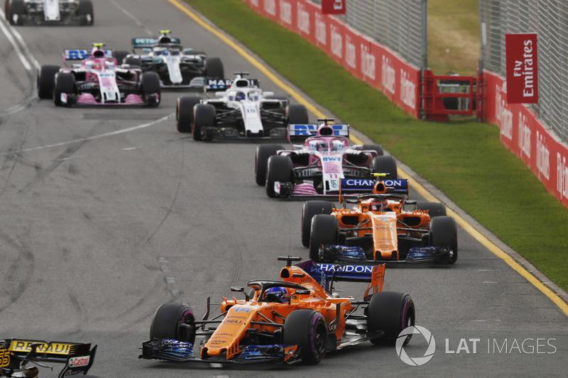 Fernando Alonso, McLaren MCL33 Renault, devant Stoffel Vandoorne, McLaren MCL33 Renault, Sergio Perez, Force India VJM11 Mercedes, et Lance Stroll, Williams FW41 Mercedes