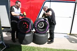Ingénieurs et pneus Pirelli