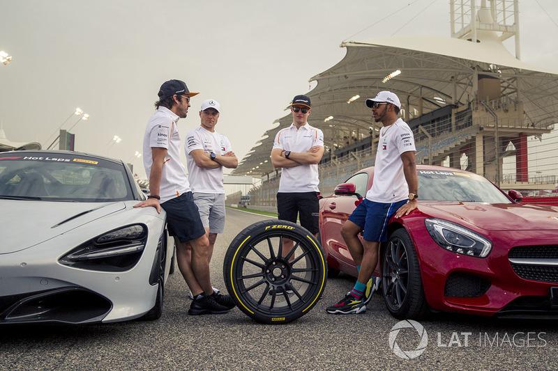 Fernando Alonso, McLaren, Valtteri Bottas, Mercedes-AMG F1, Lewis Hamilton, Mercedes-AMG F1 y Stoffel Vandoorne, McLaren con los coches de Pirelli Hot Laps