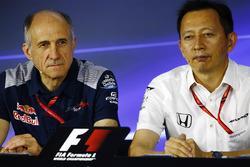 Franz Tost, director de Scuderia Toro Rosso, Yusuke Hasegawa, Gerente Senior Honda, en la conferencia de prensa