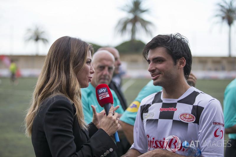 Carlos Sainz Jr., Renault Sport F1 Team habla con Federica Masolin, Sky Italia