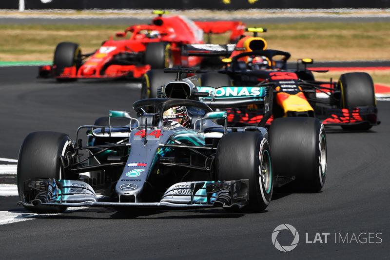 """Ao volante da Mercedes, Hamilton já liderou um total de 2.405 voltas. Na McLaren, ele havia conseguido """"apenas"""" 1.276."""
