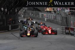 Daniel Ricciardo, Red Bull Racing RB14 devant Sebastian Vettel, Ferrari SF71H au départ