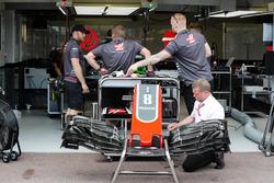 Des membres de Haas travaillent sur la voiture de Romain Grosjean, Haas F1 Team VF-18 dans les stands