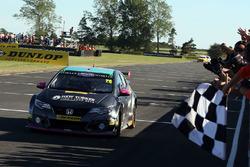 Yarış galibi Dan Lloyd, BTC Norlin Honda Civic