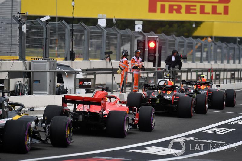 Mobil mengantre di pit lane