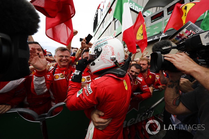 Le vainqueur Sebastian Vettel, Ferrari, fête sa victoire dans le Parc Fermé avec son équipe