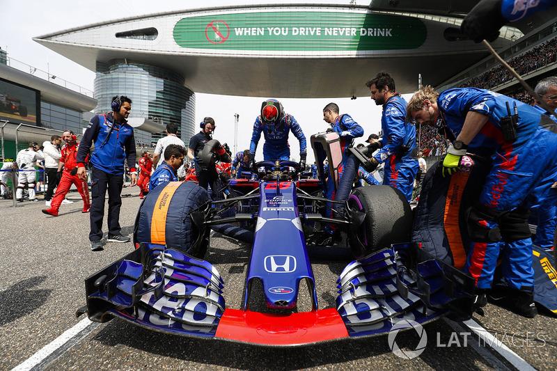 The Toro Rosso team prepare the car of Brendon Hartley, Toro Rosso STR13 Honda, on the grid