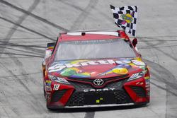 Il vincitore della gara Kyle Busch, Joe Gibbs Racing