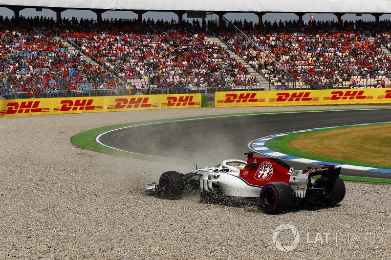 Marcus Ericsson, Sauber C37, en tête-à-queue dans les graviers