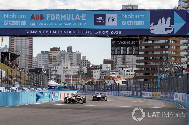 Jean-Eric Vergne, Techeetah, taglia il traguardo, prende la bandiera a scacchi e vince la gara davanti a Lucas di Grassi, Audi Sport ABT Schaeffler