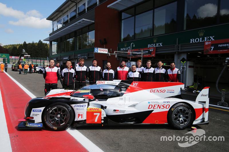 #7 Toyota Gazoo Racing Toyota TS050, team members group photo