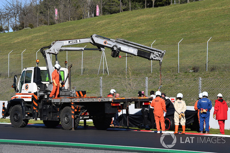 The car of Stoffel Vandoorne, McLaren MCL33 is recovered