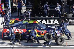 William Byron, Hendrick Motorsports,AXALTA Chevrolet Camaro pit stop