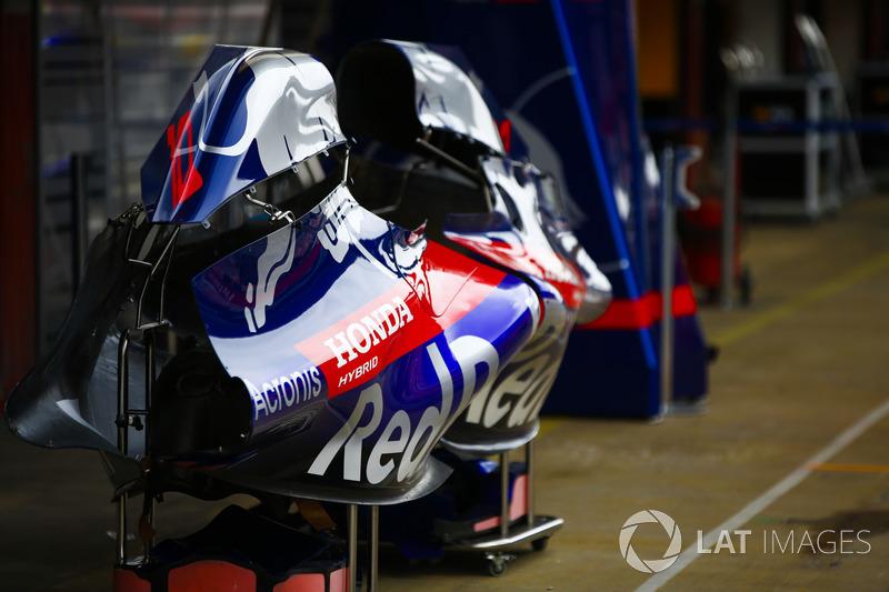 Carrocería perteneciente a los autos STR13 de Toro Rosso en el carril de boxes