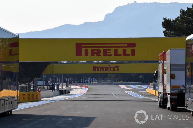Recta principal y anuncios Pirelli