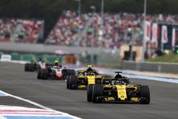 Nico Hulkenberg, Renault Sport F1 Team R.S. 18, devant Carlos Sainz Jr., Renault Sport F1 Team R.S. 18, et Kevin Magnussen, Haas F1 Team VF-18