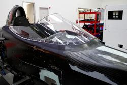 Le pare-brise est installé sur une IndyCar 2018 avant son premier test