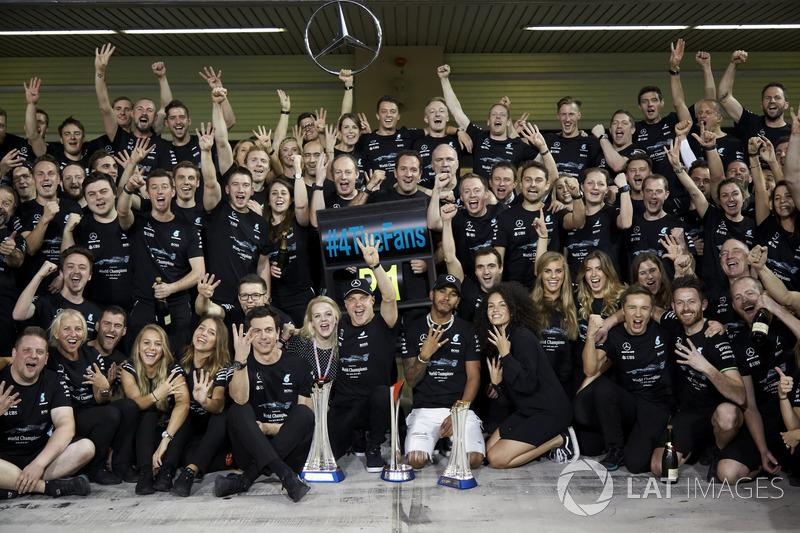 Toto Wolff, Direktör, Mercedes AMG F1, Yarış galibi Valtteri Bottas, Mercedes AMG F1, ve eşi Emilia, 2. Lewis Hamilton, Mercedes AMG F1 ve takım