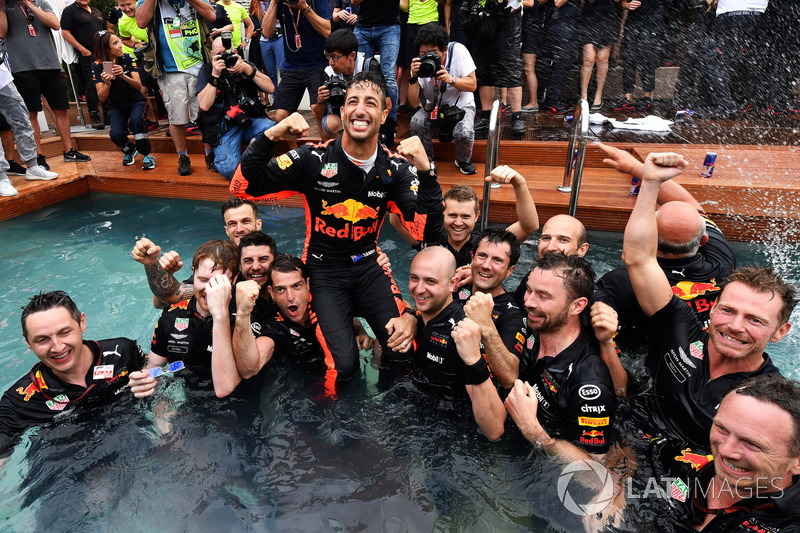 Il vincitore della gara Daniel Ricciardo, Red Bull Racing festeggia con il team nella piscina della Red Bull Energy Station