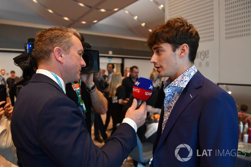 Ведущий телеканала Sky Sports Крейг Слэйтер и гонщик Alfa Romeo Sauber Шарль Леклер