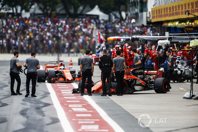 Stoffel Vandoorne, McLaren MCL32, Fernando Alonso, McLaren MCL32, fuera del garaje de McLaren durante la clasificación