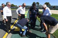 Charlie Whiting, Delegato FIA, ispeziona pista e cordoli