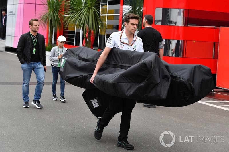 Сотрудник Mercedes AMG F1 с деталью автомобиля W09