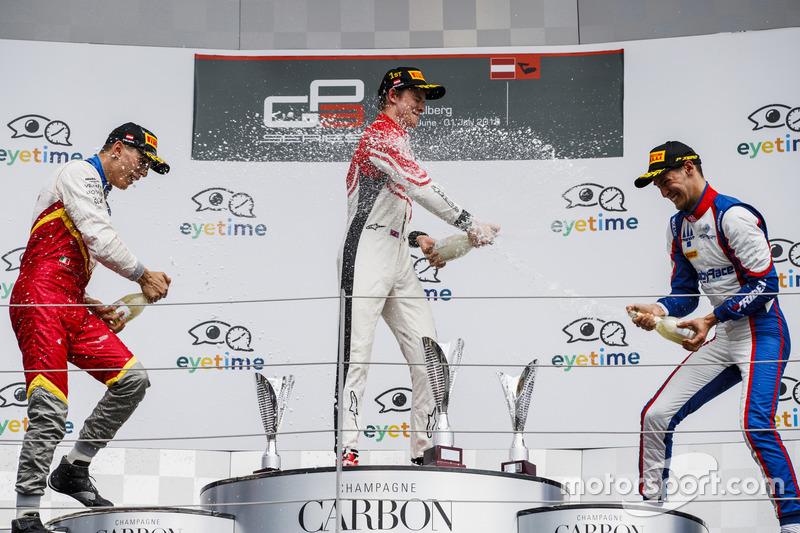 Podium : le deuxième Leonardo Pulcini, Campos Racing, le vainqueur Callum Ilott, ART Grand Prix, et le troisième, Alessio Lorandi, Trident
