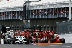 Авария: Льюис Хэмилтон, McLaren MP4/23 и Кими Райкконен, Ferrari F2008