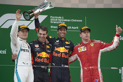 Podium: racewinnaar Daniel Ricciardo, Red Bull Racing, tweede plaats Valtteri Bottas, Mercedes-AMG F1, derde plaats Kimi Raikkonen, Ferrari, Chris Gent, race engineer