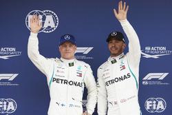 La primera fila de Valtteri Bottas, Mercedes AMG F1 y el poleman Lewis Hamilton, Mercedes AMG F1
