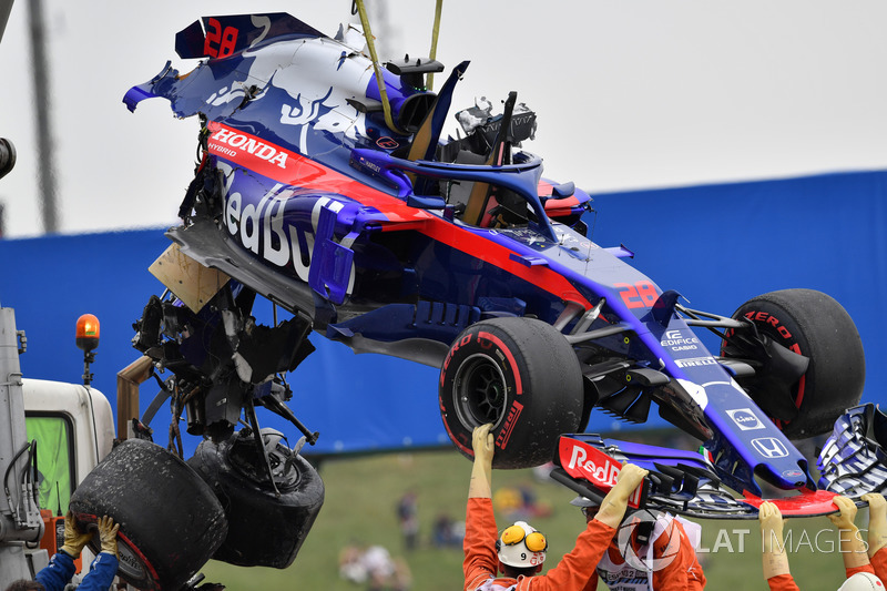 El coche accidentado de Brendon Hartley, Scuderia Toro Rosso es removido