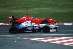 Міхаель Шумахер, Ferrari F300, на коло випереджає Марка Жене, Minardi Ford M198