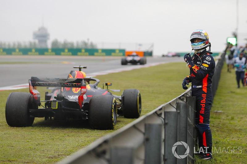Daniel Ricciardo, Red Bull Racing, espera al lado de su coche dañado