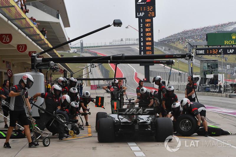 Romain Grosjean, Haas F1 Team VF-17 pit stop