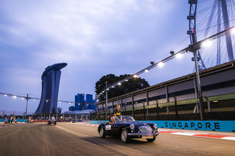 Nico Hulkenberg, Renault Sport F1 Team R.S. 18, rides in an MGA on the drivers' parade