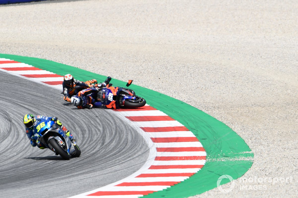 Crash entre Miguel Oliveira, Red Bull KTM Tech 3 et Pol Espargaro, Red Bull KTM Factory Racing